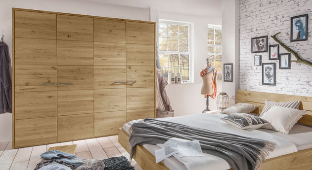 Drehtüren-Kleiderschrank Kärnten mit massiven Holzfronten