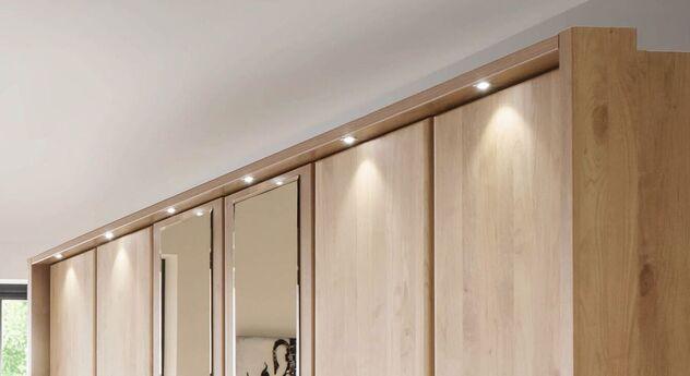 Klassischer Drehtüren-Kleiderschrank Temara mit sparsamer Beleuchtung
