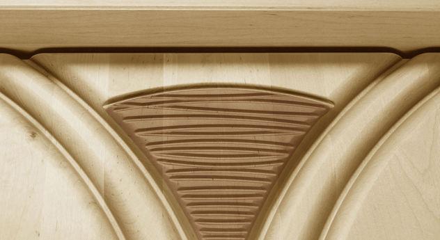 Dekorative Erle-Applikation an Holz-Kleiderschränken