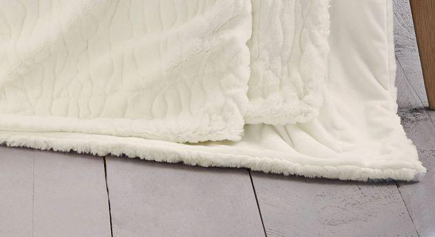 Weiße bugatti Felldecke mit dezenter Musterung und einem Saum