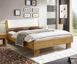 Geradliniges Holzbett Maraba mit markanter Maserung