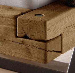 Holzbetten mit natürlichen Rissen und Astlöchern