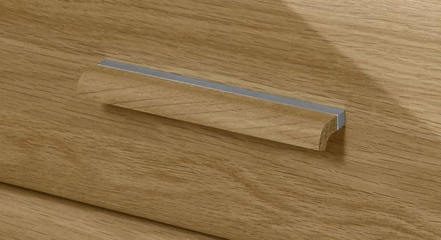 Hochwertige Holzgriffe aus Eiche mit Metallverzierung