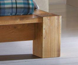 Bett Aragon mit kantigen Holzfüßen