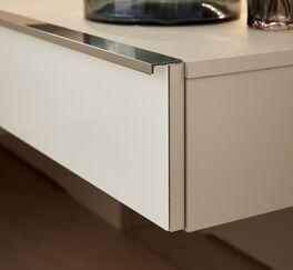 INTERLIVING Schwebenachttisch 1009 mit verchromtem Griff in zeitloser Eleganz