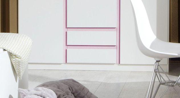 Kleiderschrank Armilla mit rosafarbenen Leisten