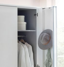 Kleiderschrank mit innovativem Design dank Koffertüren