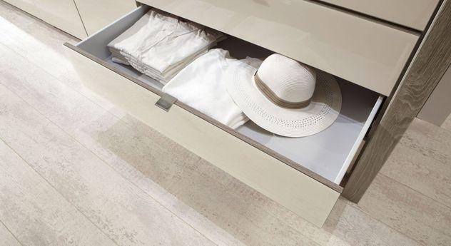 Kleiderschrank Tiko mit geräumigen Schubladen