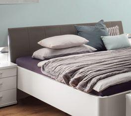 Komfort-Doppelbett Castellis bequemes Kopfteil mit Ziernaht