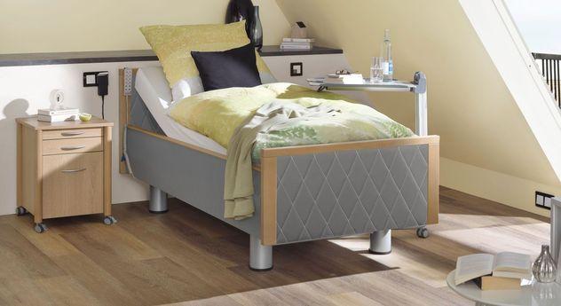 Komfortbett mit Pflegebett-Funktion Rügen mit seitlichem Kunstledereinsatz in Platin