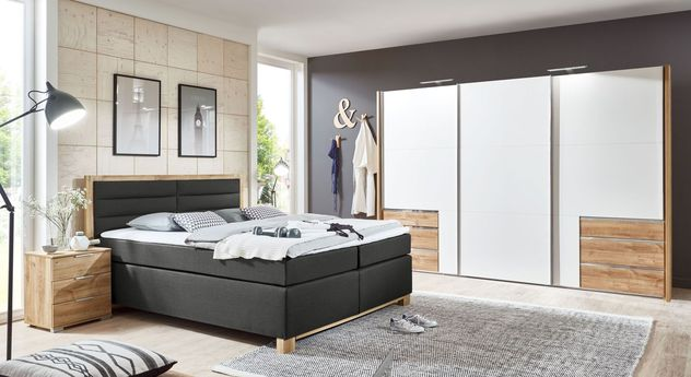 schlafzimmer mit boxspringbett und schiebet renschrank raca. Black Bedroom Furniture Sets. Home Design Ideas
