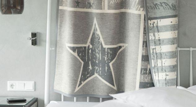 Kuscheldecke Grey Star in der Größe 150x200 cm