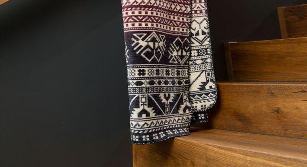 Gemusterte Kuscheldecke Maya in gedeckten Farben
