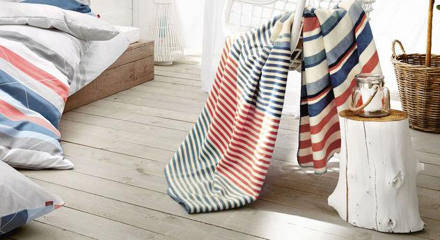 Moderne und weiche Kuscheldecke Streifen weiß-blau von s.Oliver