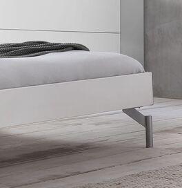 Liege Akuma mit filigranen Bettfüßen
