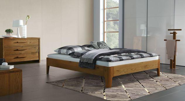 Liege Lugo mit passenden Schlafzimmermöbeln aus Massivholz