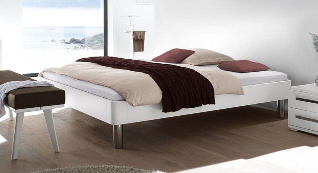Moderne Liege Perama mit weißem Massivholzrahmen