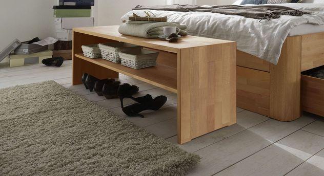 Massivholz-Bettbank Zarbo mit praktischem Ablagebrett