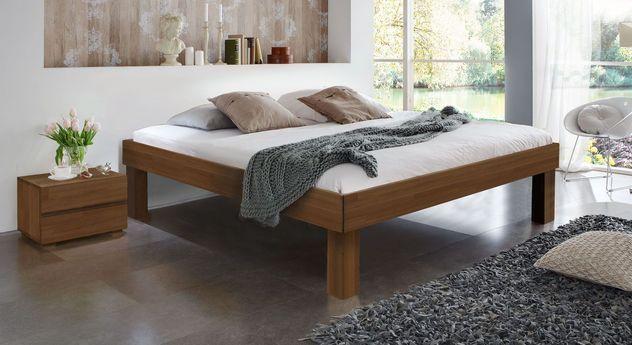 Nussbaumfarbene Massivholzliege Madrid Komfort mit 30 cm hohen Füßen