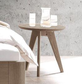 Schlichter Holz-Nachttisch und Hocker Oriane
