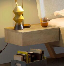 Schwebe-Nachttisch Ubaldo aus Wildeiche-Massivholz
