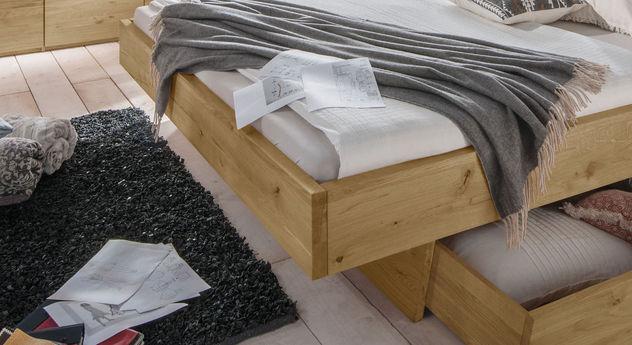 Schubkastenbett Kärnten mit Massivholzrahmen in Schwebeoptik
