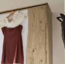 Schwebetüren-Kleiderschrank Imst mit ästhetischem Holzrahmen