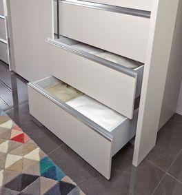 Schwebetüren-Kleiderschrank mit leichtgängigen Schubladen