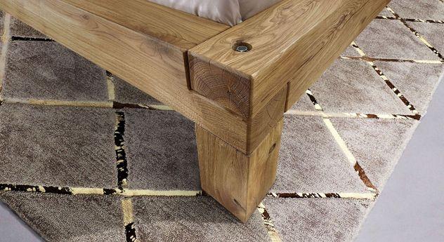 Stabile Schrauben tragen den Bettrahmen aus Wildeichenholz