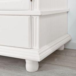 Wäscheschrank Wien mit modernen Holzfräsungen