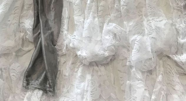 Wandbild Dress weiß mit verspieltem Spitzengewand