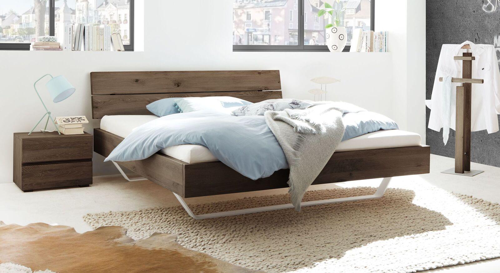Trendiges Bett Nakiri mit massivem Bettrahmen