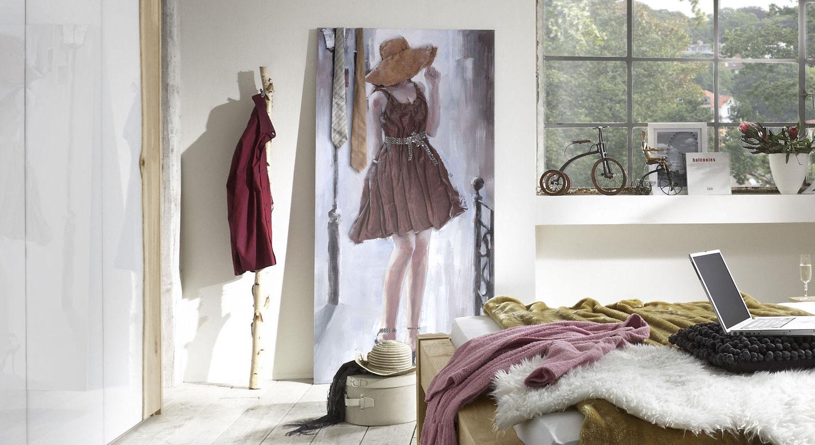 Relief-Wandbild Shy mit Kleid aus Stoff