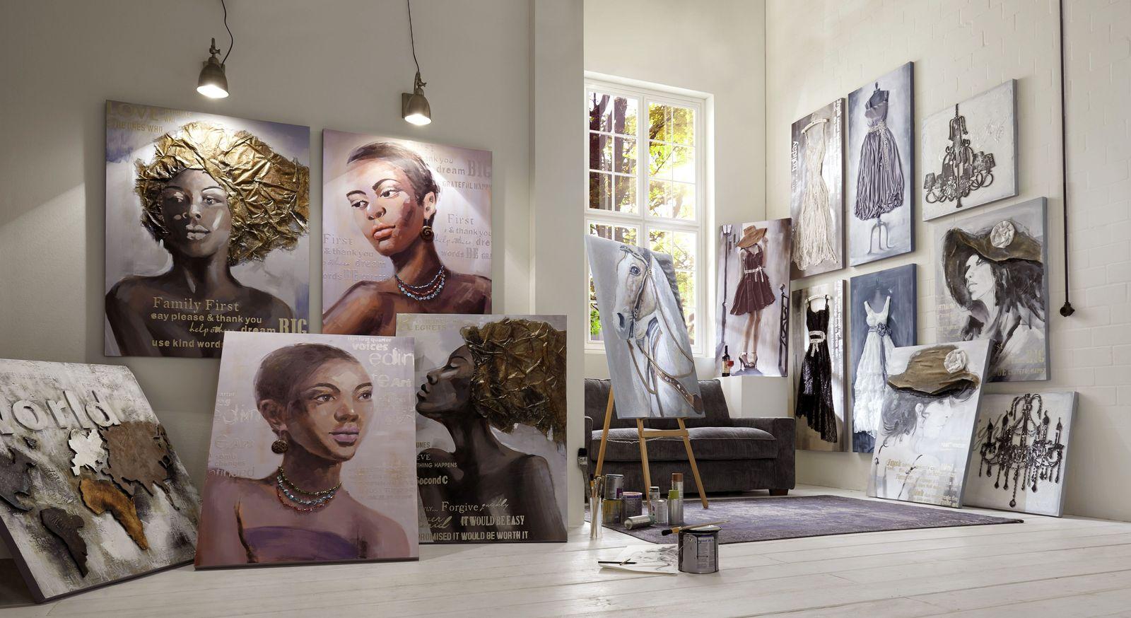 Relief-Wandbilder in schlichter Farbgebung