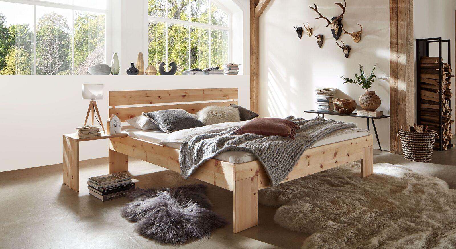 Zirbenbett Bondone mit passendem Nachttisch