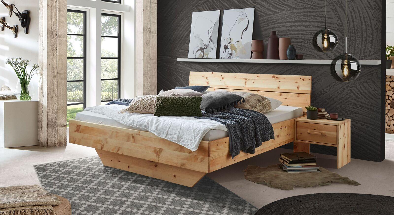 Zirbenbett Lautaro mit natürlicher Holzmaserung
