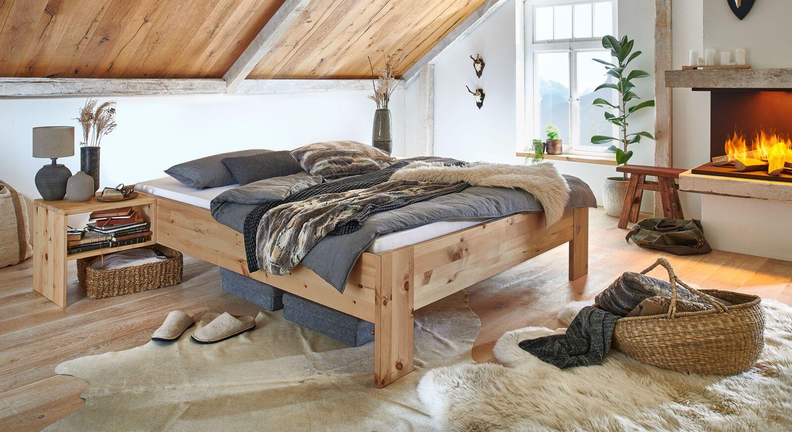 Zirbenholzliege Tosa mit passendem Nachttisch