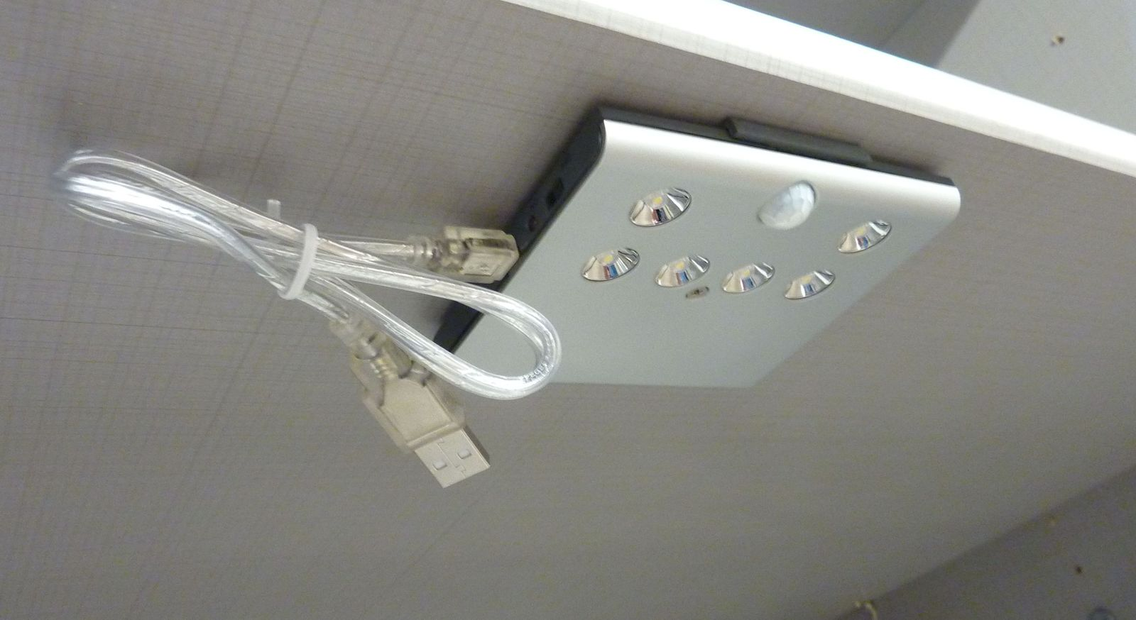 LED-Innenbeleuchtung mit Bewegungsmelder der Zusatzausstattung & Beleuchtung für Kleiderschränke