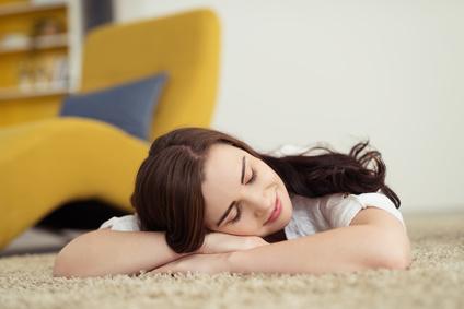 Extrem Schlafen auf dem Boden - gesund oder ungesund? Worauf dabei achten? MD97