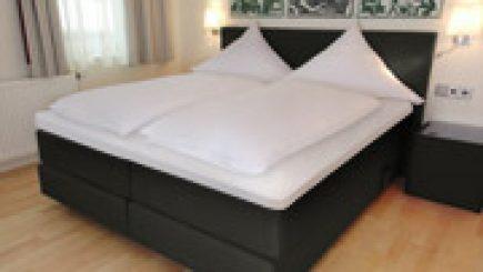 so bauen sie ihr normales bett zu einem boxspringbett um. Black Bedroom Furniture Sets. Home Design Ideas