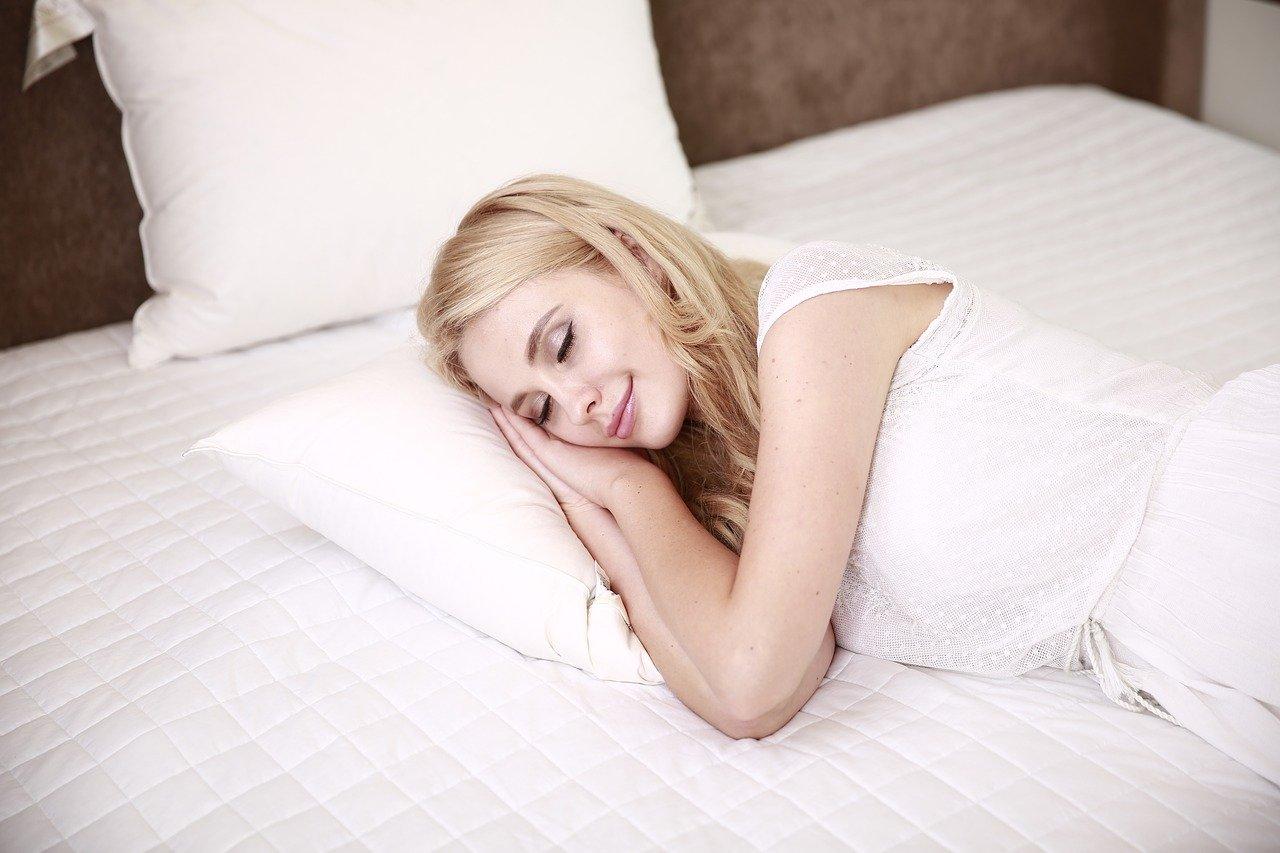 gesunde schlafposition wie sollte man im bett liegen schlafmagazin