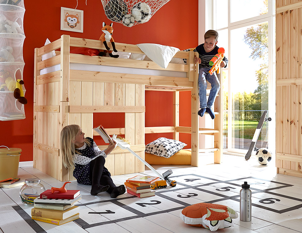kinder spielen auf einem bett kinderzimmer mit hochbett. Black Bedroom Furniture Sets. Home Design Ideas