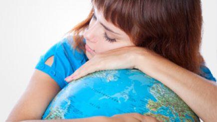 schlafendes Mädchen auf einem Globus