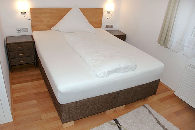 betten probeschlafen in unserem partnerhotel goldener hirsch. Black Bedroom Furniture Sets. Home Design Ideas